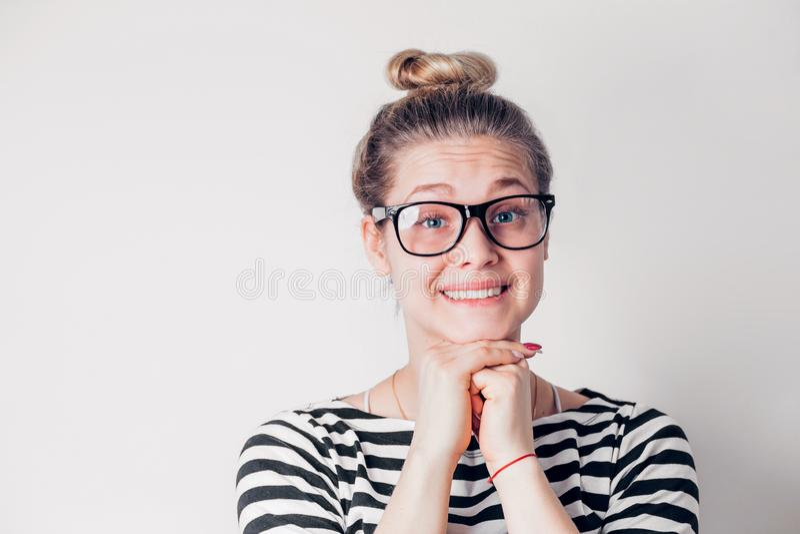 有干净的皮肤的,自然构成美丽的微笑的妇女 免版税图库摄影