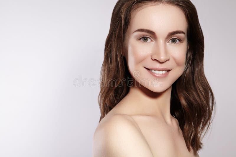 有干净的皮肤的,自然构成美丽的微笑的妇女 Joyfull和幸福 情感女性面孔 健康,健康 库存照片
