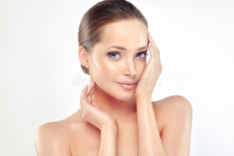 有干净,新鲜和穿着考究的皮肤的美丽的少妇 免版税库存图片
