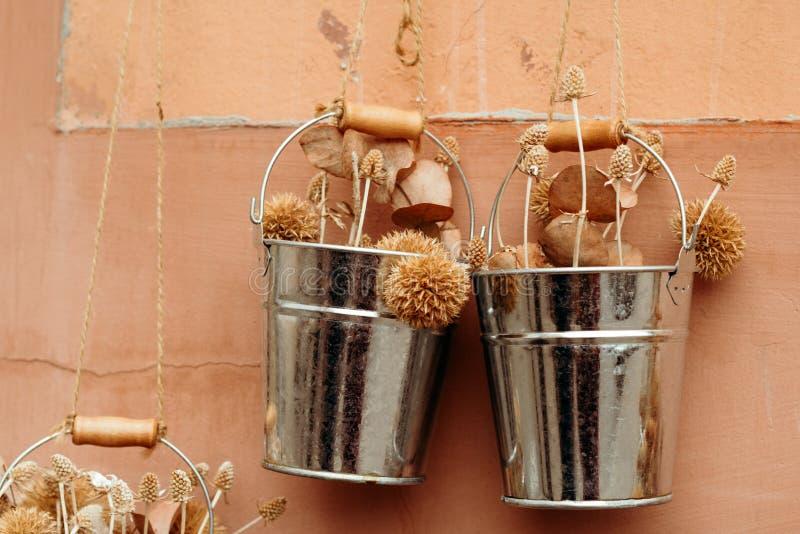 有干花的婚姻的装饰桶在破旧的墙壁的背景 免版税库存图片