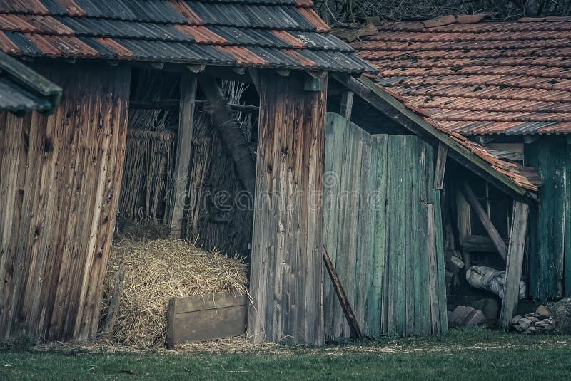 有干草堆的老谷仓 免版税库存图片