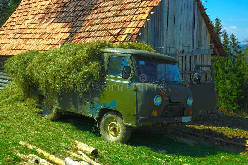 有干草的老卡车 图库摄影