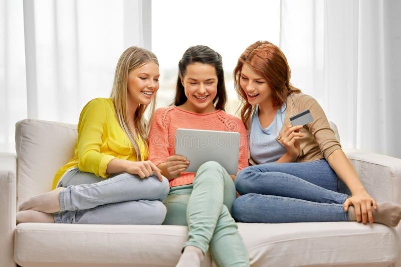 有平板电脑和信用卡的十几岁的女孩 免版税图库摄影
