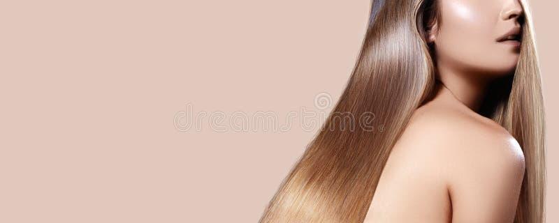 有平直的发光的头发的美女 有光滑的发型的性感的浅黑肤色的男人,有光泽的美丽的健康长发 免版税库存照片
