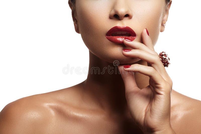 有平衡的红色嘴唇构成和明亮的红色修指甲性感的妇女 免版税库存照片
