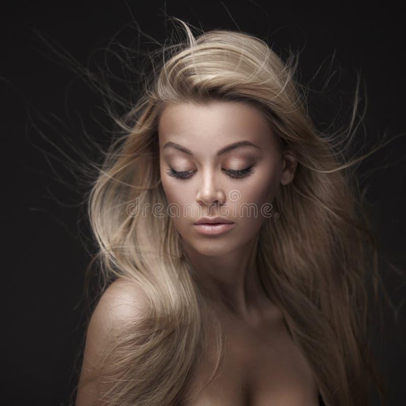 有平直的长的头发的美丽的妇女 库存照片