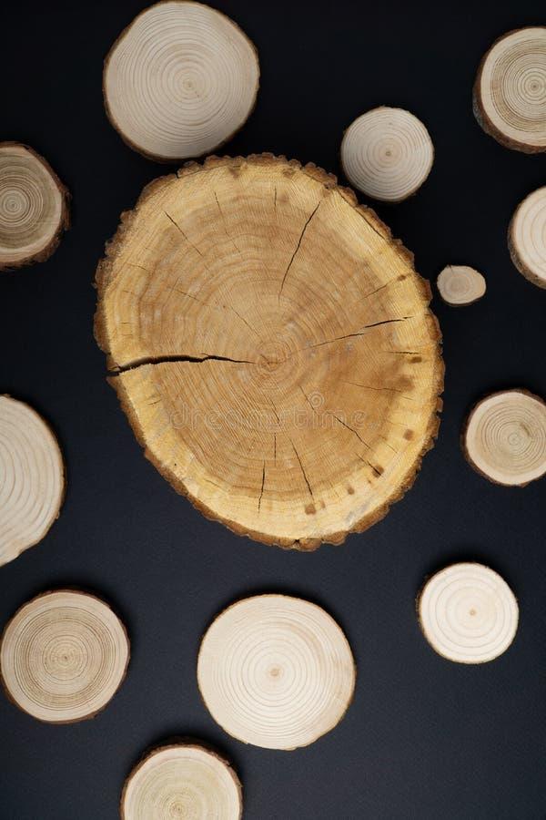有年轮的松树横断面在黑背景 木材片断特写镜头,顶视图 库存照片