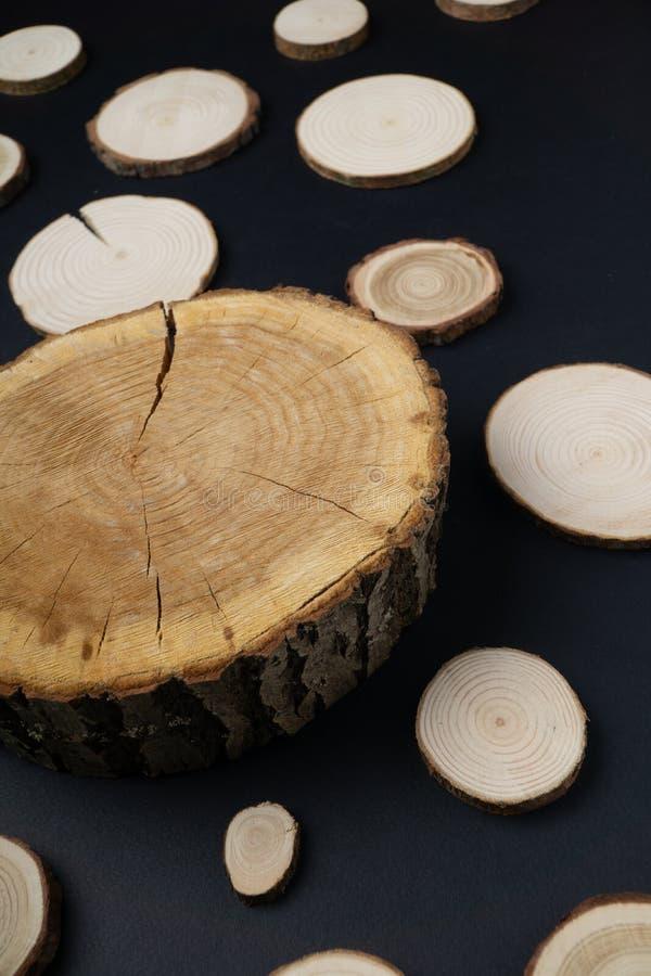 有年轮的松树横断面在黑背景 木材片断特写镜头 图库摄影