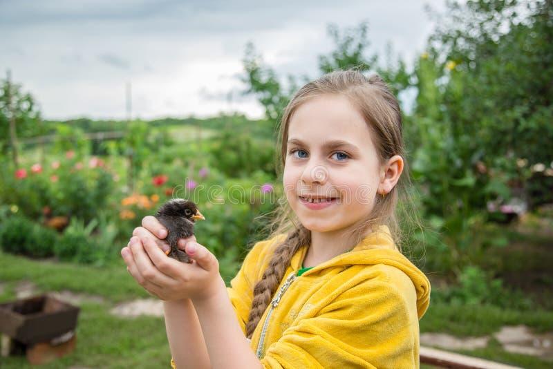 有年轻人的小女孩 免版税图库摄影