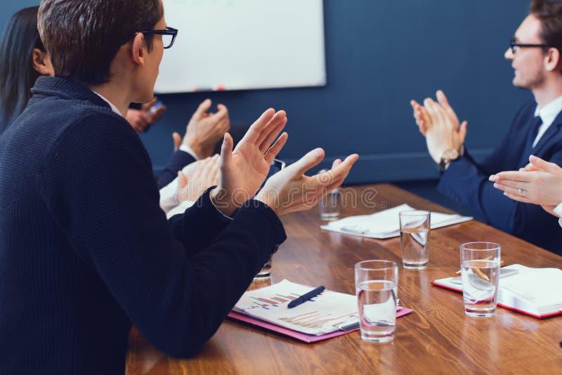 有年轻企业的队一个群策群力的会议 库存照片