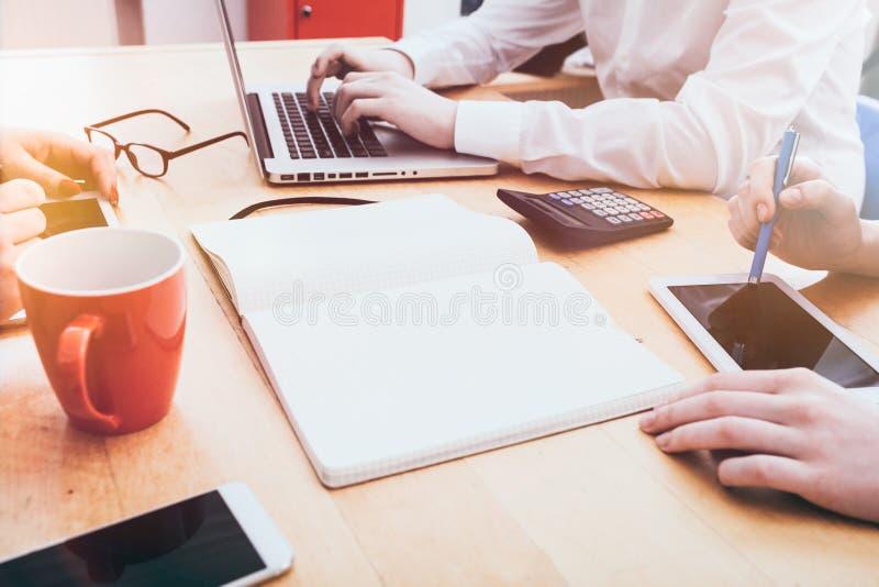 有年轻成人人的小企业办公室在书桌上 免版税图库摄影