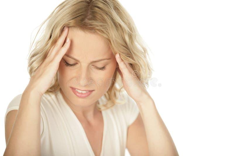 有年轻白肤金发的妇女头疼 库存图片