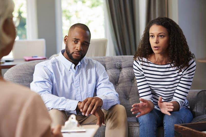 有年轻的夫妇婚姻建议 免版税库存图片