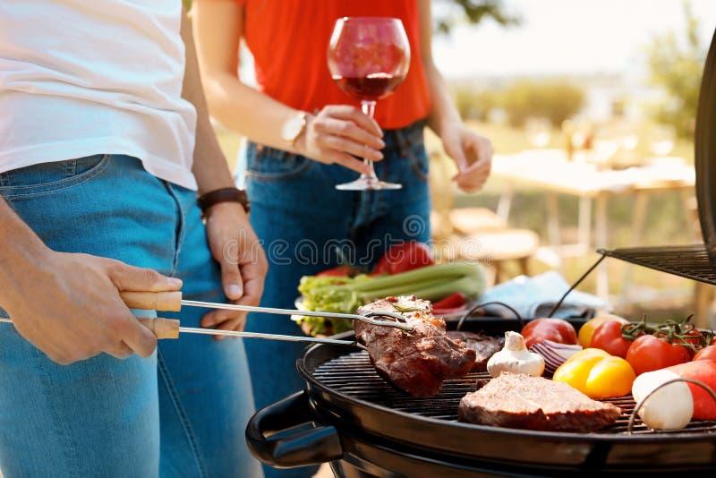 有年轻的夫妇烤肉户外 免版税库存图片