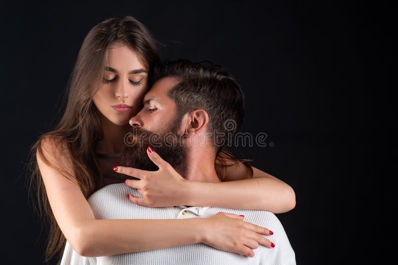 有年轻的夫妇热情的强烈的性 肉欲的亲吻 肉欲的关系 享受乐趣 柔软和 库存图片