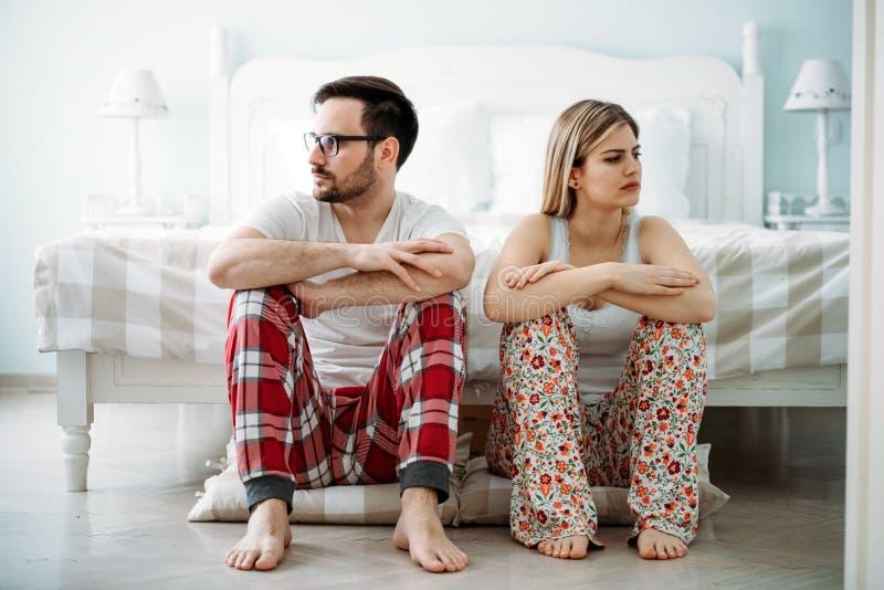 有年轻的夫妇的图片关系问题 免版税库存图片