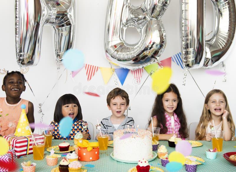 有幸福小组逗人喜爱和可爱的孩子生日pa 库存照片