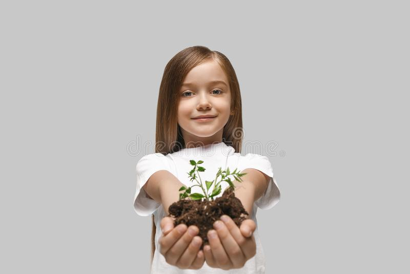 小女孩幼鲍_春天,植物,自然,生长和关心概念 白种人小女孩