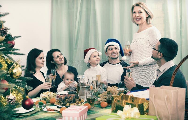 有庆祝圣诞快乐的孩子的愉快的成熟父母 免版税库存照片