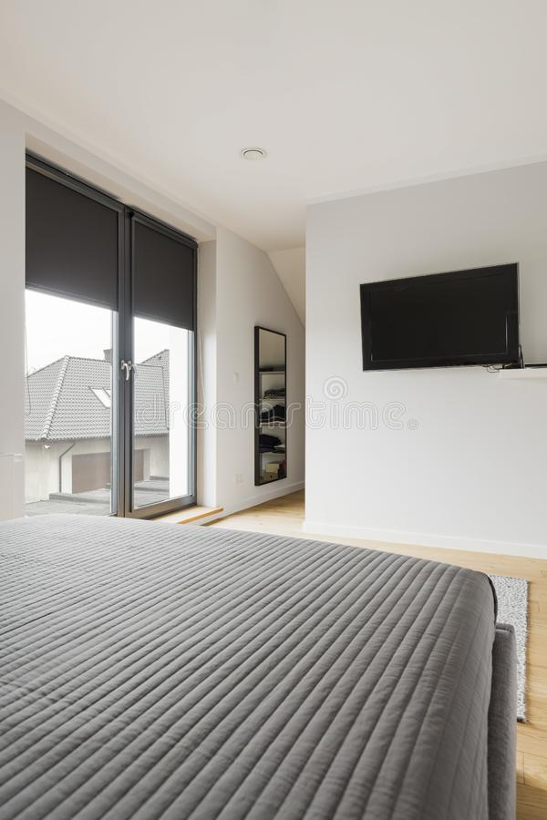 有床和电视的现代卧室 免版税库存照片