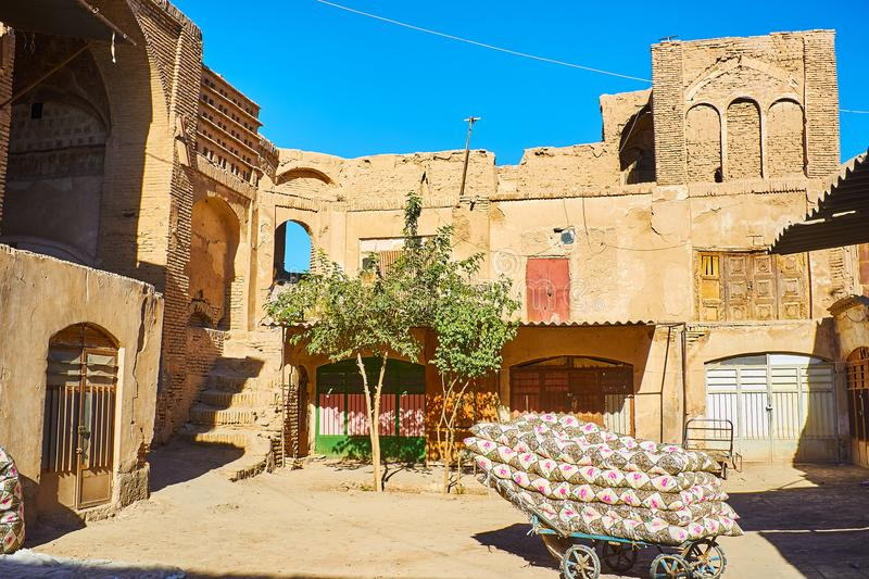 有床垫的老推车在印度商队投宿的旅舍,克尔曼,伊朗 库存照片