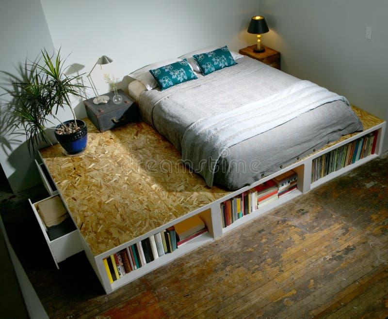 有床的现代时髦卧室在平台 免版税库存图片