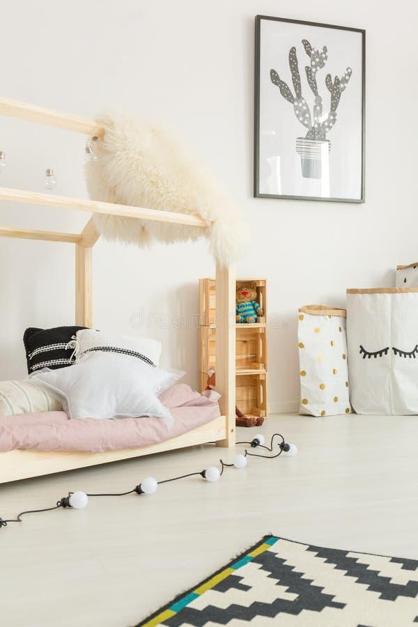 有床的白色儿童居室 免版税库存照片