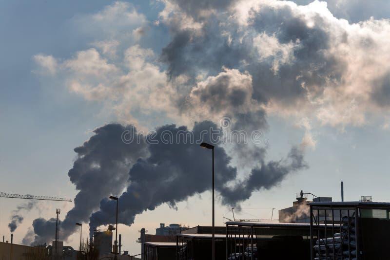 有废气的工业烟囱 免版税图库摄影