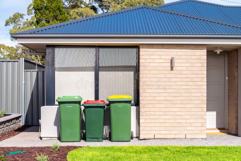 有废物箱的全新的澳大利亚房子 免版税库存照片