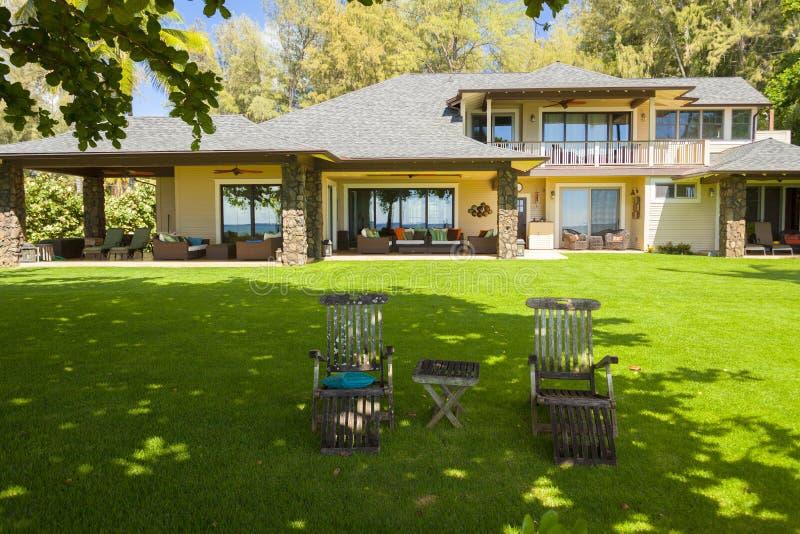 有庭院桌的大夏威夷在northshore奥阿胡岛夏威夷的房子和椅子 库存照片