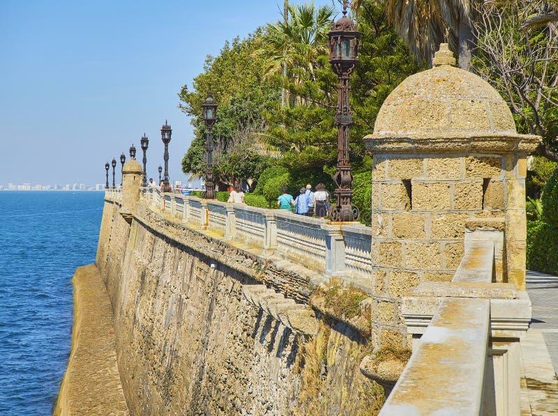 有庭院的卡洛斯III散步在背景中 卡迪士,安大路西亚,西班牙 免版税库存图片