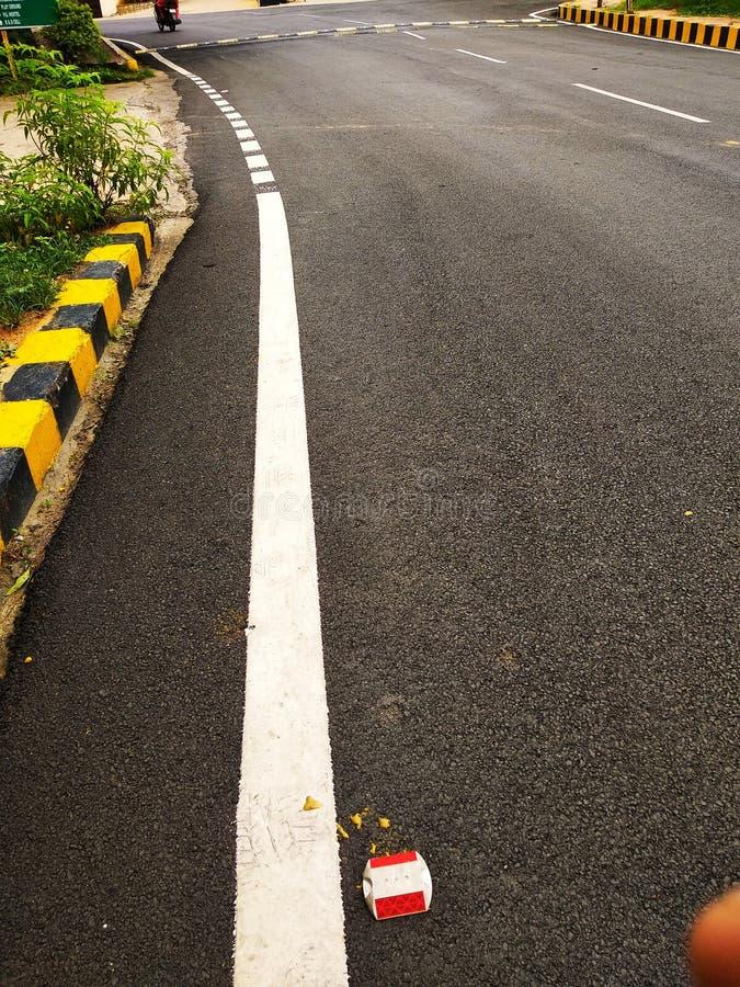 有庭院的印度路在边 免版税图库摄影