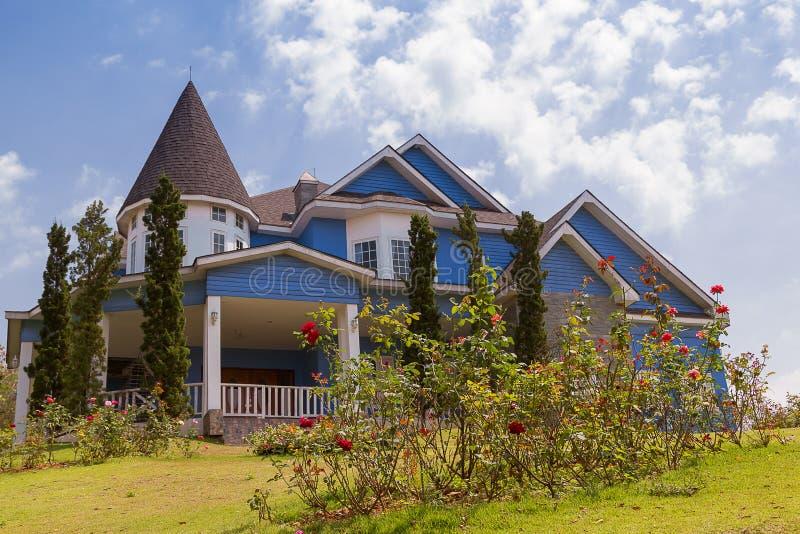 有庭院的村庄房子 免版税库存照片