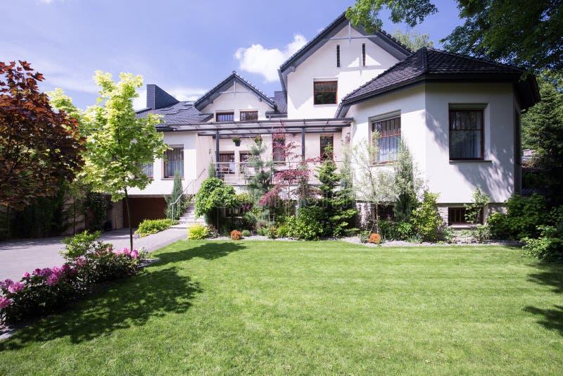 有庭院的现代房子 免版税库存照片