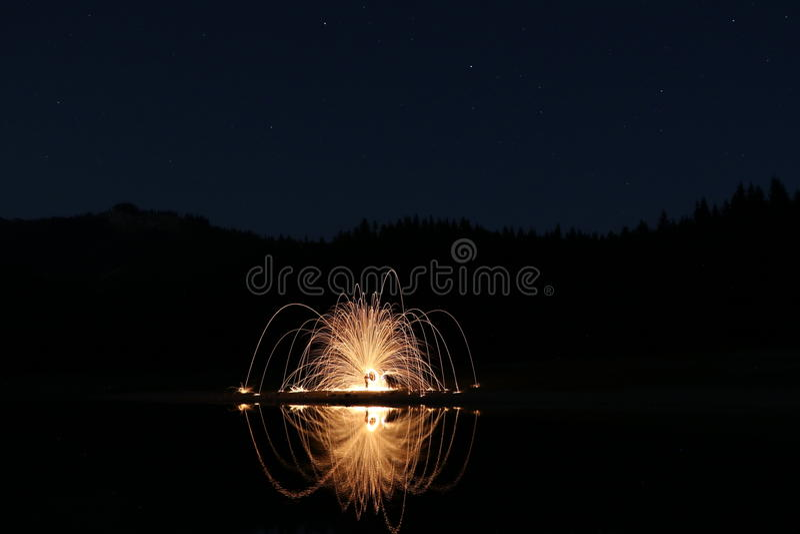 Download 有开始和烟花的黑湖 库存图片. 图片 包括有 照亮, 宇宙, gould, 常青树, 横向, 安静, 占星术 - 97763463