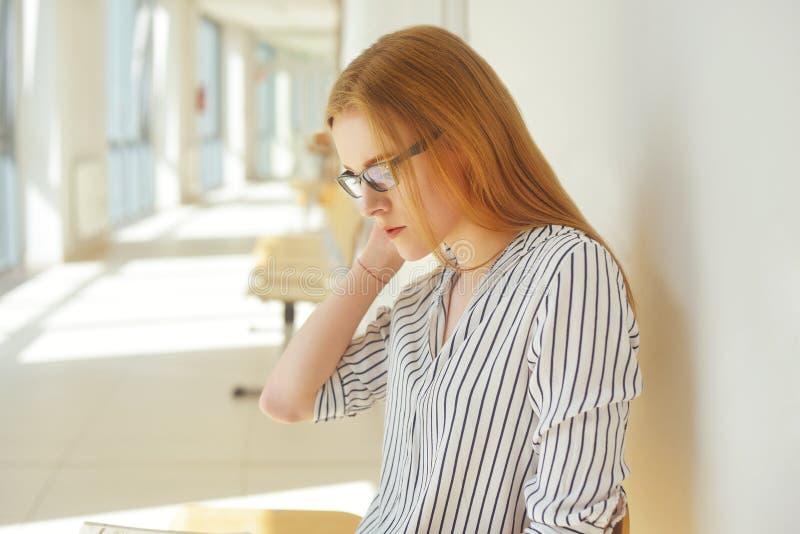 有开放书的读它的聪明的学生画象在学院 美丽的女学生在大学,镜片的妇女 库存图片