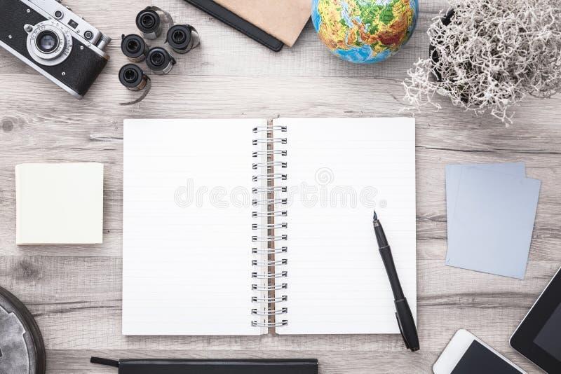 有开放剪贴薄和葡萄酒照相机的作家书桌 与拷贝空间的平的位置 免版税库存照片