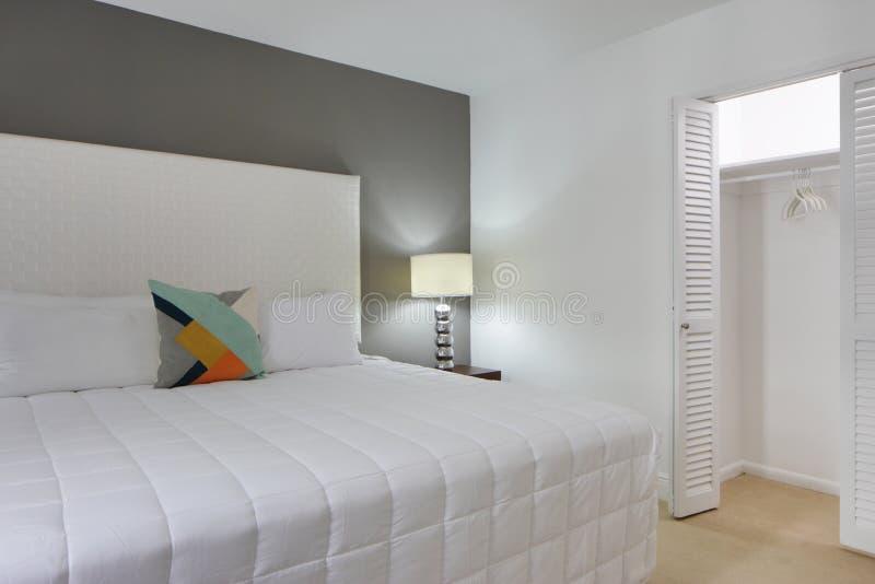 有开放壁橱的卧室 库存照片