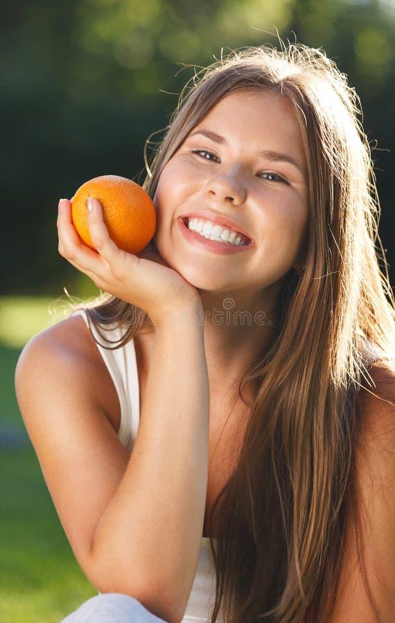 有开放微笑的美丽的女孩 免版税库存照片
