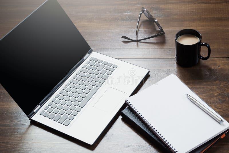 有开放膝上型计算机的,在办公室桌上的辅助部件工作场所 顶视图和拷贝空间 免版税库存照片