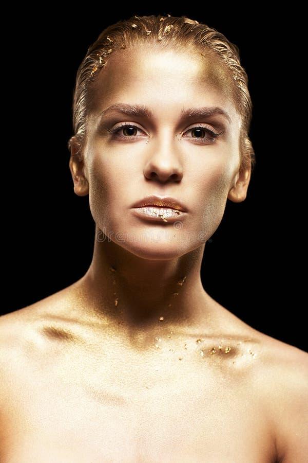 有异常的金属面孔构成的女性 黑色后面的金黄女孩 图库摄影