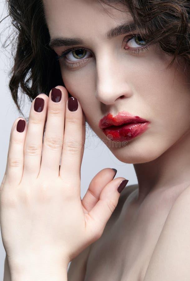 有异常的alyapy红色女性面孔构成的深色的女孩 免版税库存图片