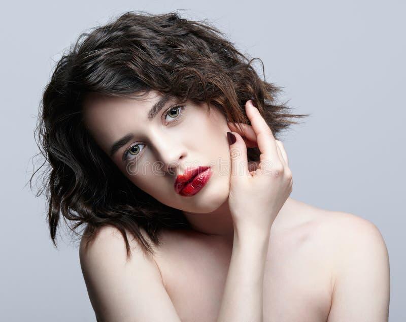 有异常的alyapy红色女性面孔构成的深色的女孩 库存图片