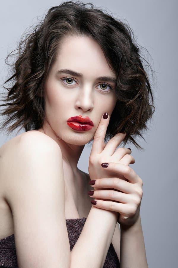 有异常的alyapy红色女性面孔构成的深色的女孩 免版税库存照片