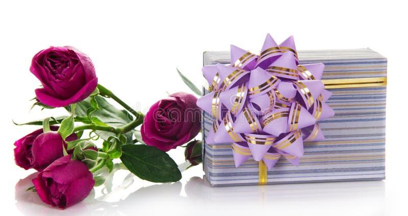 有弓和好玫瑰的礼物盒 库存照片