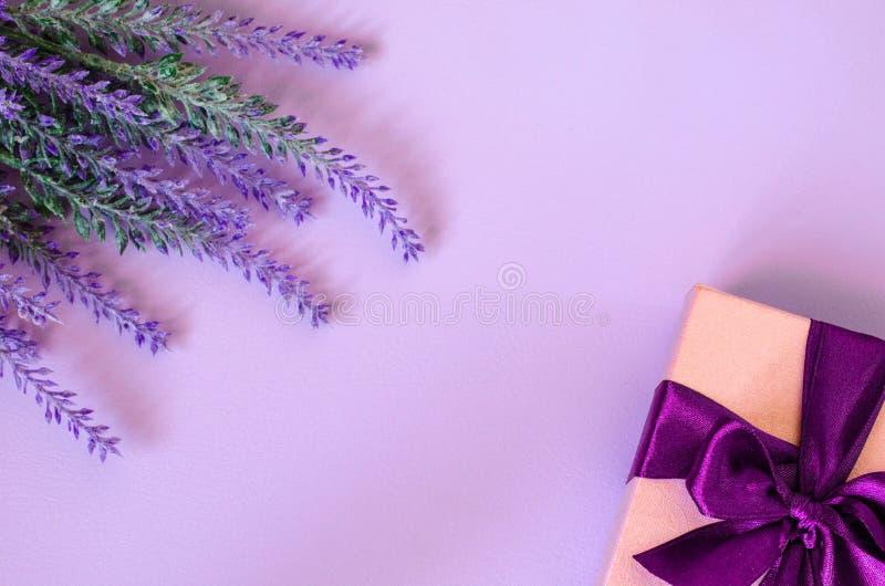 有弓的在桃红色背景的礼物盒和淡紫色 免版税库存照片
