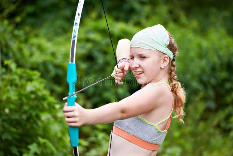 有弓箭的女孩射手 免版税库存照片