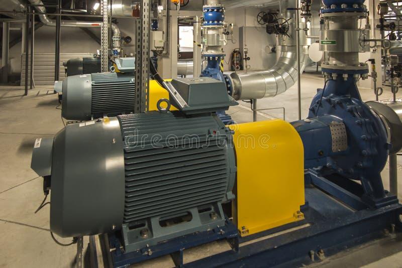 有引擎的几个泵浦在供水系统 库存照片