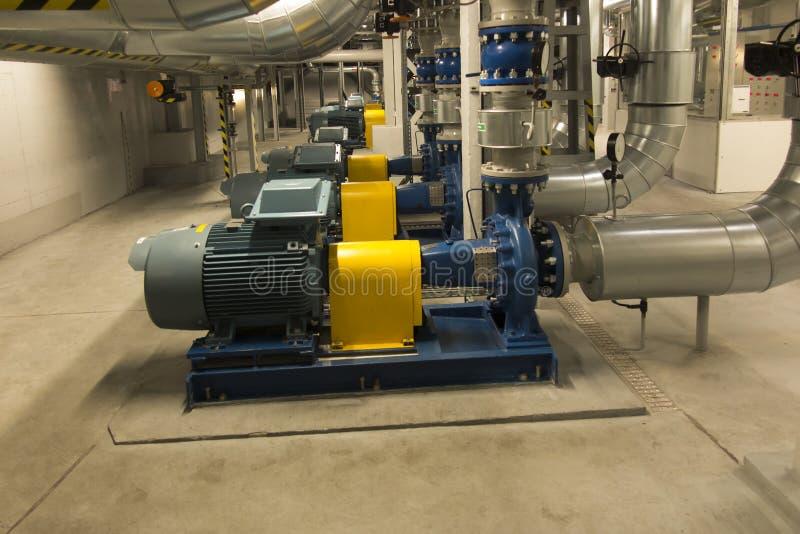 有引擎的几个泵浦在供水系统 库存图片