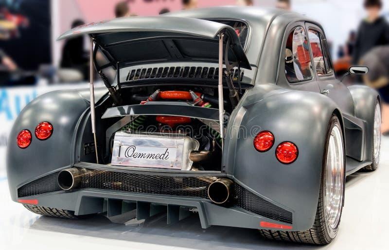 有引擎的黑菲亚特500 Lamborghini意大利汽车在树干 免版税库存图片